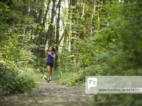Frau  Wald  joggen  jung