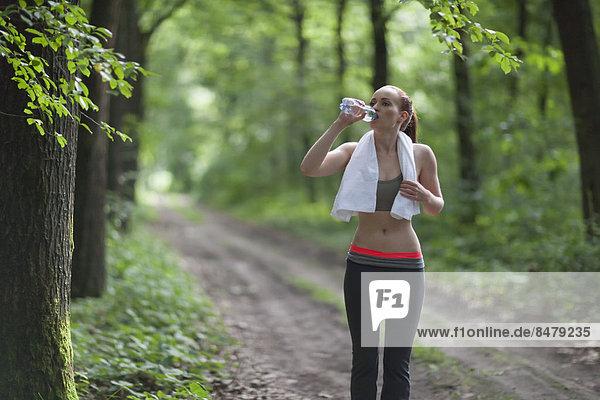 Wasser  Frau  Wald  joggen  trinken