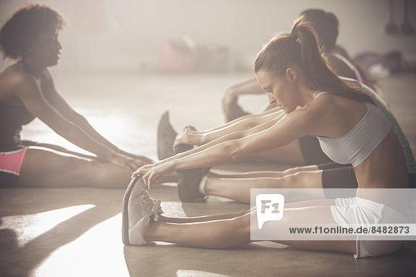 Fitness-Studio  Frau  strecken