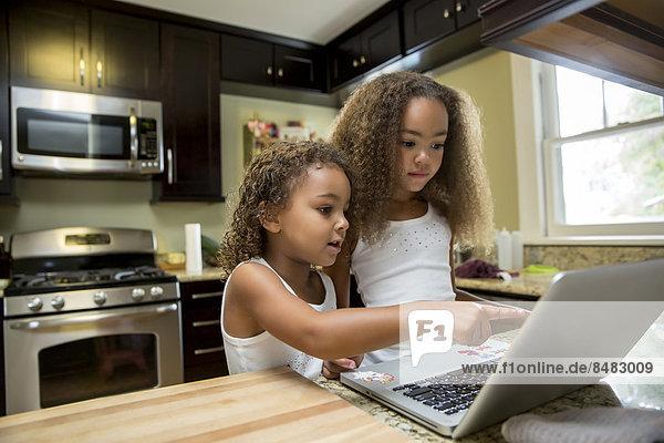 benutzen  Notebook  Küche  mischen  Mädchen  Mixed