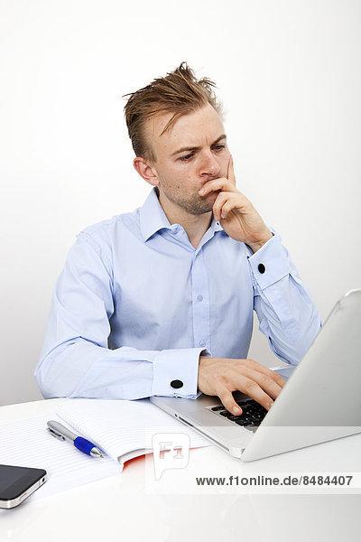 benutzen  Schreibtisch  Notebook  Geschäftsmann  Büro  Nachdenklichkeit