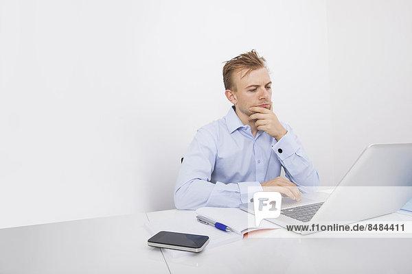 benutzen  Schreibtisch  Notebook  Geschäftsmann  Konzentration  Büro