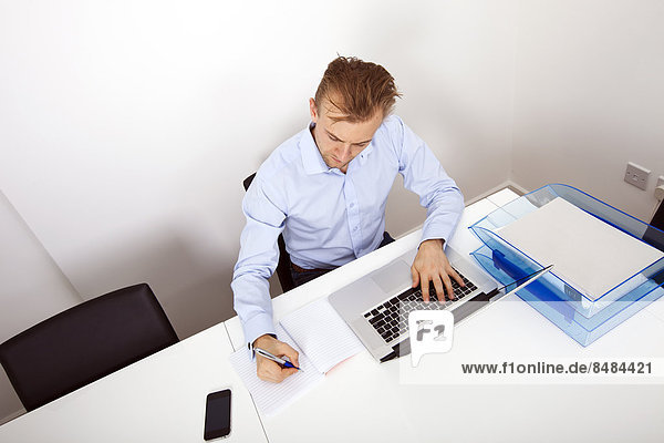 benutzen  Notebook  Geschäftsmann  nehmen  Büro