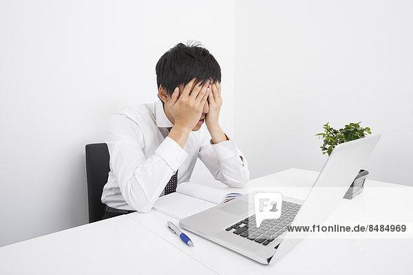 Schreibtisch  Notebook  Geschäftsmann  müde  Büro