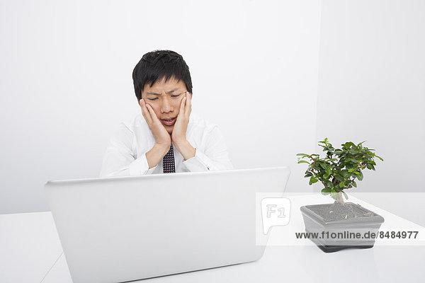 sehen  Notebook  Geschäftsmann  Enttäuschung  Büro