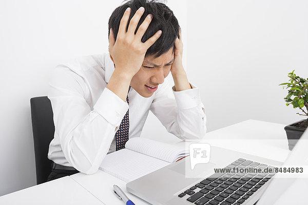 sitzend  Schreibtisch  Geschäftsmann  Enttäuschung  Büro