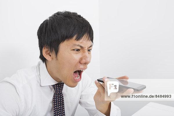Geschäftsmann  Enttäuschung  Telefon  schreien  Büro  Mittelpunkt  Handy  Erwachsener