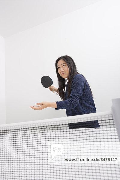 junge Frau junge Frauen Schönheit geben Vorbereitung Ball Spielzeug