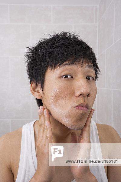 eincremen  verteilen  Portrait  Mann  Badezimmer  Mittelpunkt  Creme  Salbe  Lotion  Aftershave  Erwachsener  auftragen