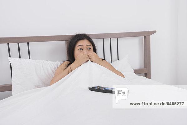 Frau  sehen  Sorge  Bett  Fernsehen