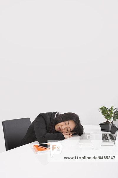 Geschäftsfrau  Schreibtisch  ruhen  müde  Büro