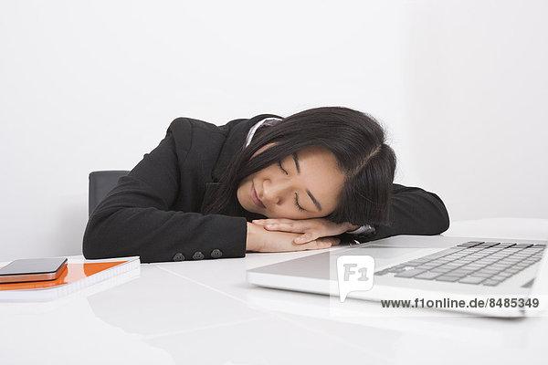 Geschäftsfrau  Schreibtisch  Erschöpfung  ruhen  Büro