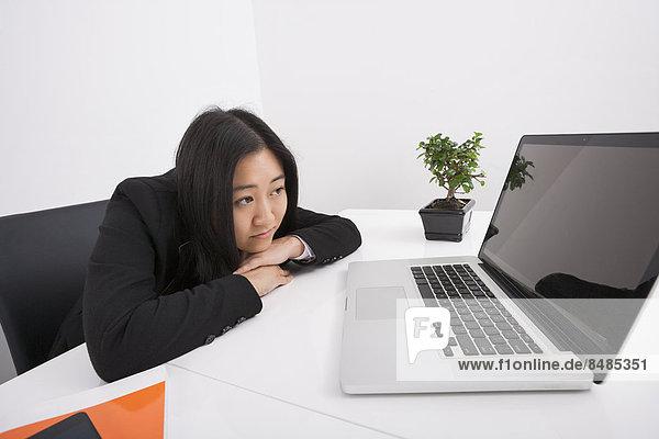 Geschäftsfrau  sehen  Notebook  Langeweile  Büro