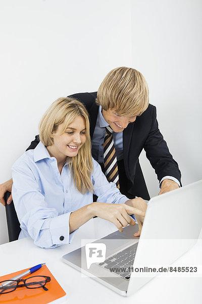 benutzen  Schreibtisch  Wirtschaftsperson  Notebook  Büro