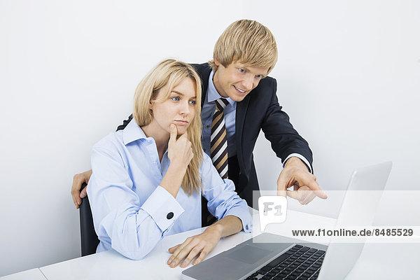 zeigen  Notebook  Geschäftsmann  Büro  Kollege