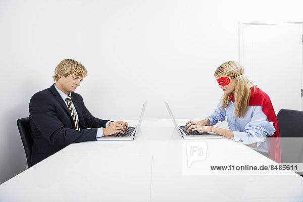 benutzen  Notebook  Geschäftsmann  Superheld  Büro  Kostüm - Faschingskostüm  Kollege