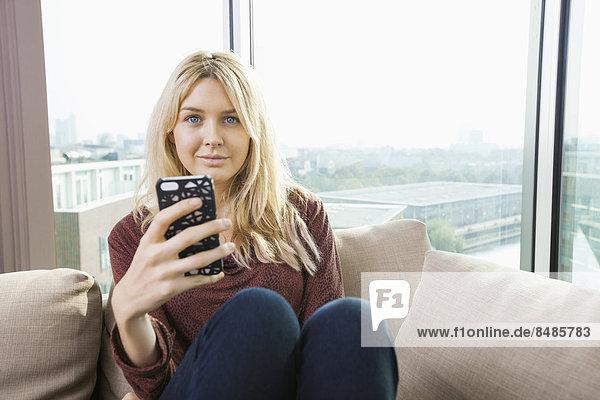 Handy  Interior  zu Hause  Portrait  Frau  Schönheit  Kurznachricht  jung