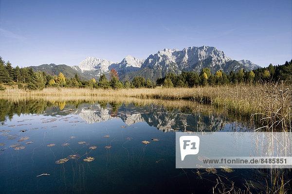 Die Nˆrdliche Karwendelkette im Herbst spiegelt sich im Luttensee  Karwendelgebirge  Mittenwald  Bayern  Deutschland