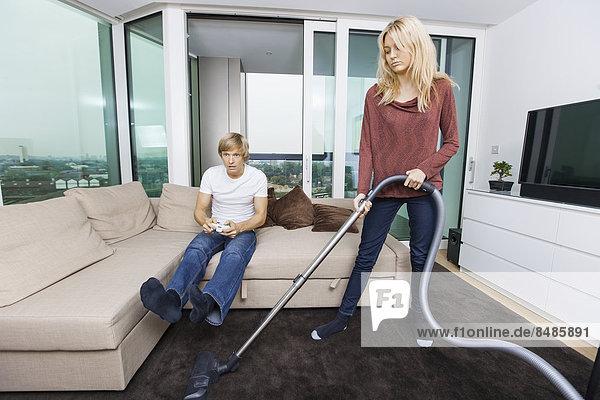 Interior zu Hause Frau Mann Zimmer Spiel Staubsauger Camcorder Wohnzimmer