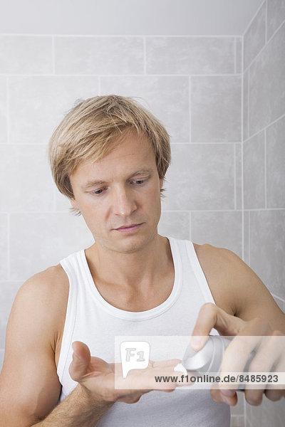 Mann Badezimmer entfernen entfernt Feuchtigkeitscreme Aftershave