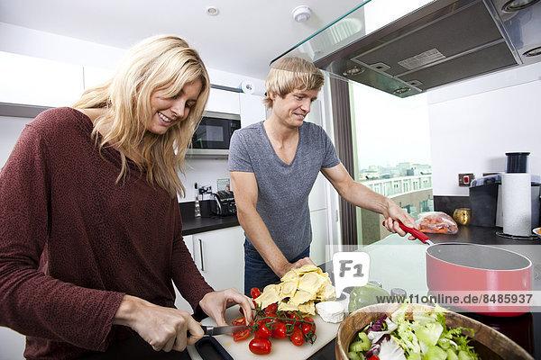 Zusammenhalt  kochen  Europäer  lächeln  Küche