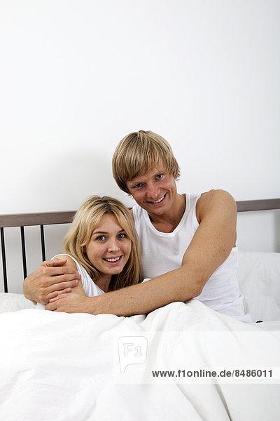 Portrait  Fröhlichkeit  umarmen  Bett