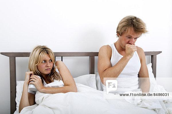 Frau  Mann  sehen  Sorge  Bett  husten