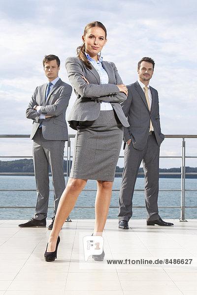 stehend  Portrait  Geschäftsfrau  Himmel  Hoffnung  Terrasse  Länge  Kollege  voll