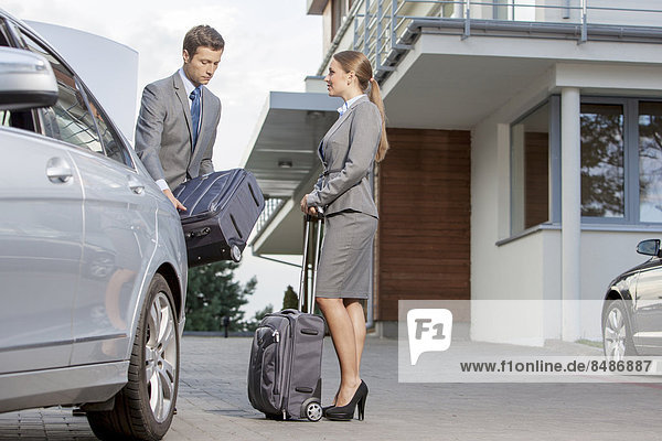 Außenaufnahme  Wirtschaftsperson  Auto  Hotel  Gepäck  abladen