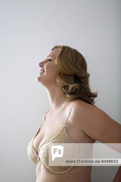 Frau grau lächeln Hintergrund BH
