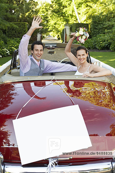 Fröhlichkeit  Hochzeit  Cabrio  Zeichen  winken  Fokus auf den Vordergrund  Fokus auf dem Vordergrund  unbeschrieben  Signal