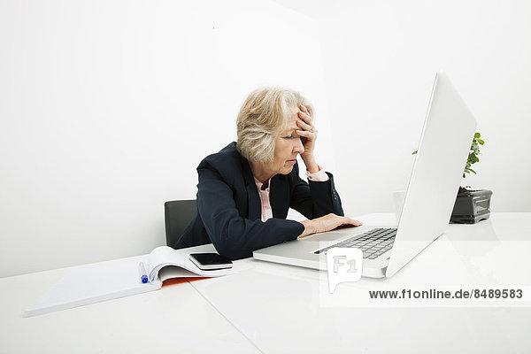 Senior  Senioren  benutzen  Geschäftsfrau  Schreibtisch  Notebook  Büro  Streß