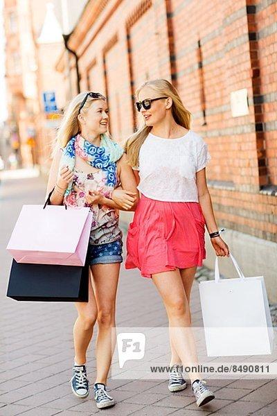 Zwei junge Frauen einkaufen