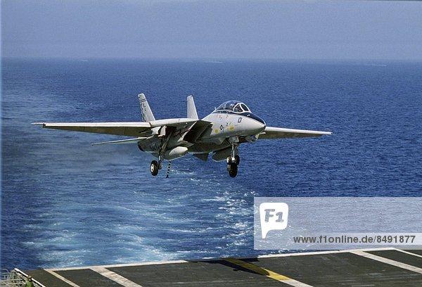 Vereinigte Staaten von Amerika  USA  Flugzeug  Rückkehr  Fahrgestell  Luftfahrzeug  Fahrradgepäckträger  Gepäckträger  Los Angeles  Militär