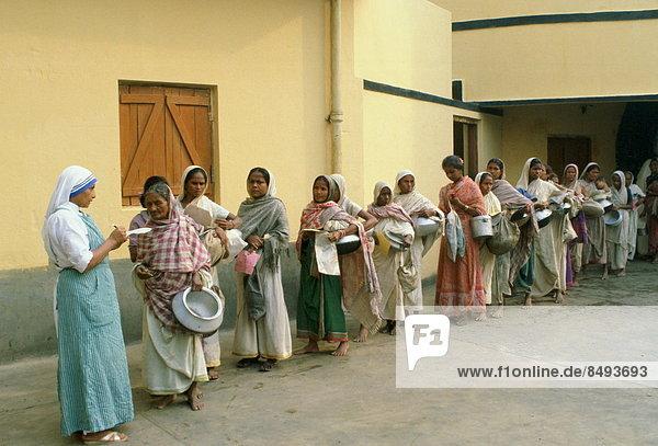 Frau  tragen  Lebensmittel  Morgen  früh  Aufgabe  Reihe  Mutter - Mensch  Kalkutta  Indien