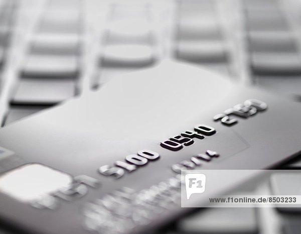 Kreditkarte am Laptop zur Veranschaulichung von Internet-Shopping und Internet-Betrug