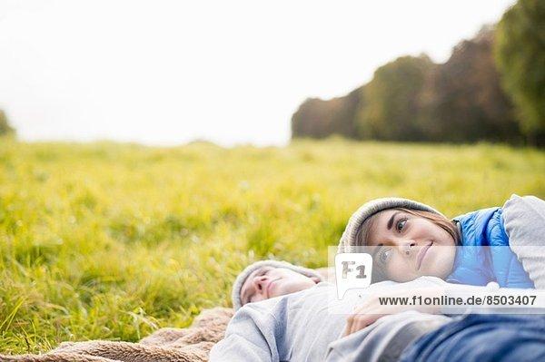 Junge Frau ruht Kopf auf der Brust des Mannes im Park