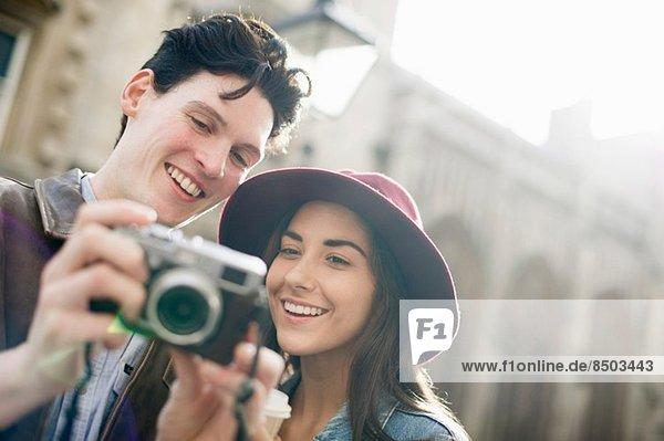 Junges Paar mit Vintage-Kamera
