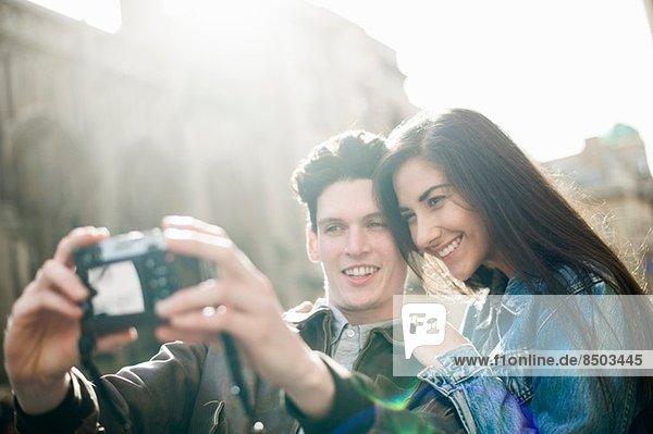 Junges Paar fotografiert sich selbst