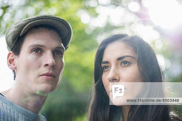 Porträt eines jungen Paares  Mann mit flacher Mütze