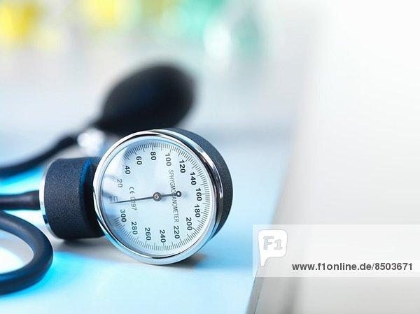 Blutdruckmessgerät in der Arztpraxis