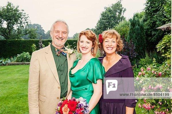 Porträt der frisch verheirateten Tochter mit ihren Eltern