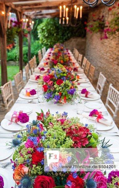 Erhöhter Blick auf den langen Tisch bei der Hochzeitsfeier
