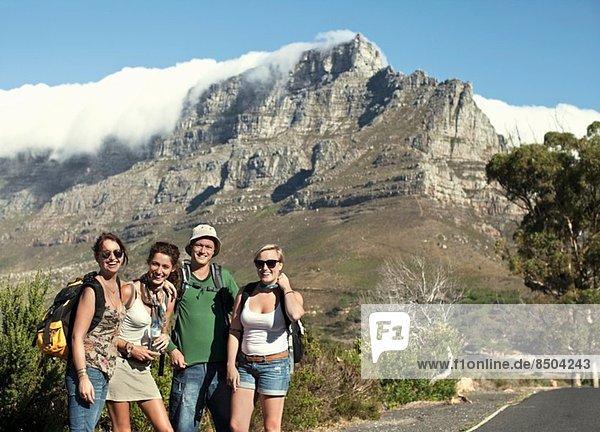 Portrait von Freunden am Tafelberg  Kapstadt  Südafrika