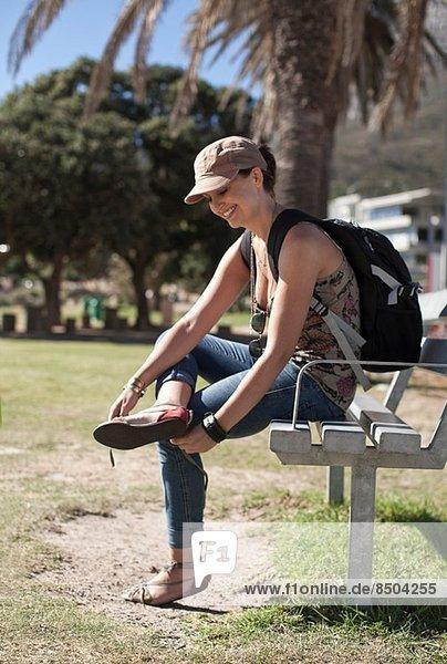 Junge Frau macht Pause auf der Parkbank  Kapstadt  Südafrika