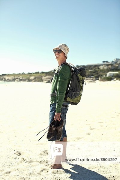 Junger Mann am Strand  Kapstadt  Südafrika
