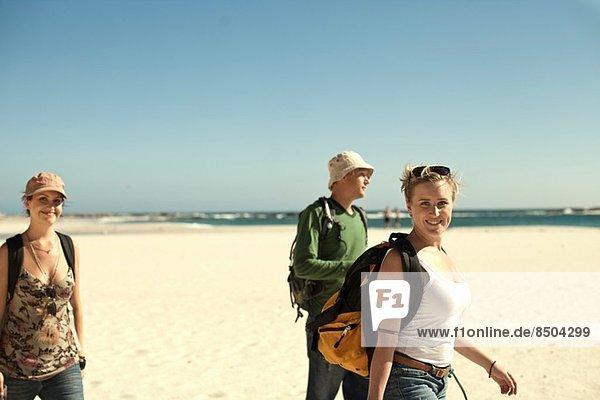 Gruppe junger erwachsener Freunde am Strand  Kapstadt  Südafrika