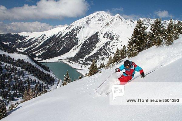 Mann abseits der Piste Skifahren  Kuhtai. Österreich