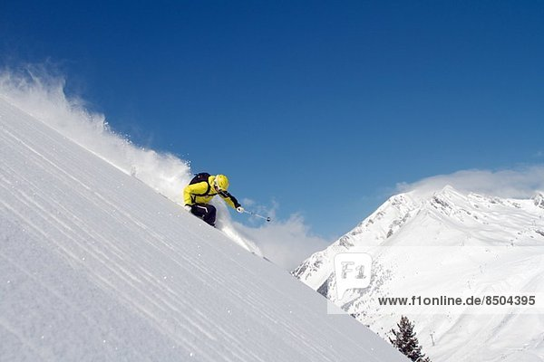 Mann beim Skifahren in Kuhtai  Österreich