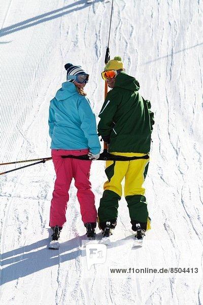 Skifahrer am Schlepplift in Kuhtai  Tirol  Österreich